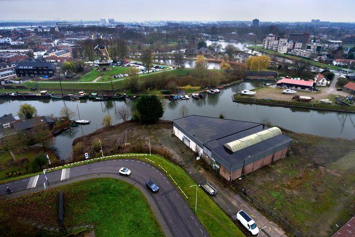 Op de voorgrond de voormalige loods van scheepsbouwer Tukker. Het is een deel van het bedrijfsterrein langs de Spijksedijk dat het Rijksvastgoedbedrijf in de verkoop heeft gezet.