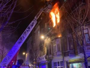 """Felle woningbrand woedt nog steeds in Anderlecht: """"24 mensen naar ziekenhuis, 3 zijn er erg aan toe"""""""