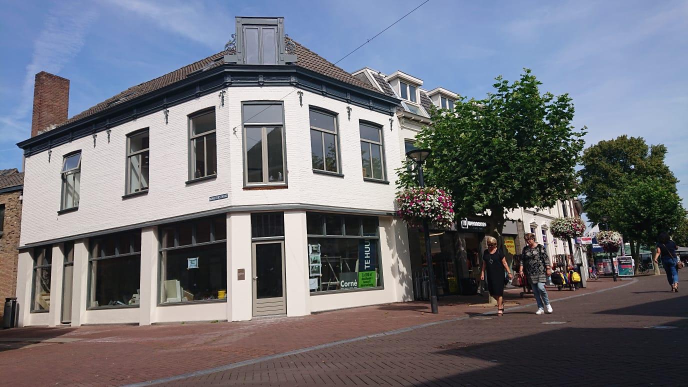 Ook boven dit winkelpand op de hoek van de Heuvelstraat en Monsterstraat werden woningen gebouwd.