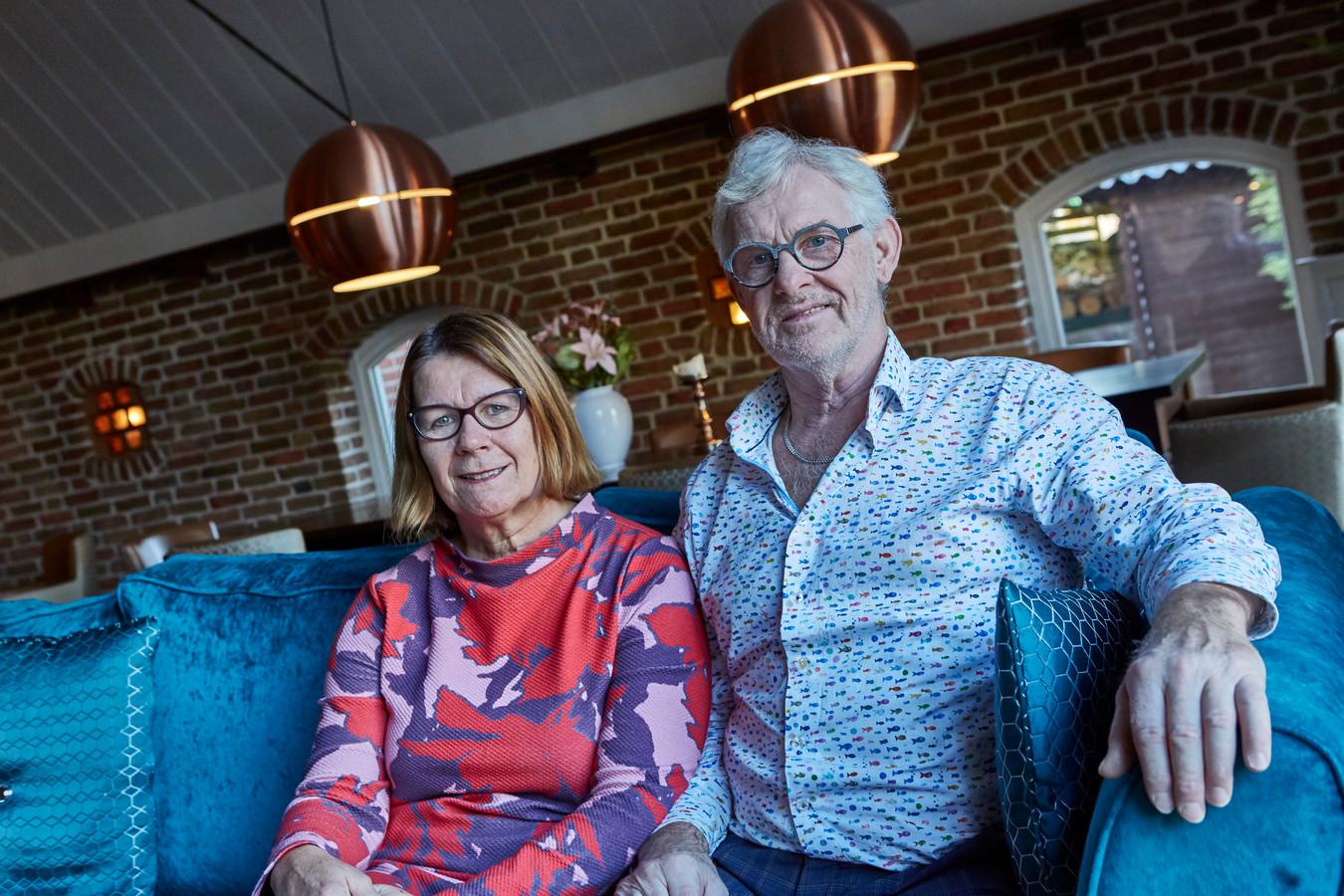 Ria en Jos Weel keren na een kwarteeuw terug naar Noord-Holland en stoppen met De Tuinkamer. Ria: ,,Als je een hotel plus restaurant wilt verkopen, moet je er rekening mee houden dat zoiets jaren kan duren. Drie jaar geleden anticipeerden we daar al op. en zetten we onze zaak in de 'stille verkoop'.''