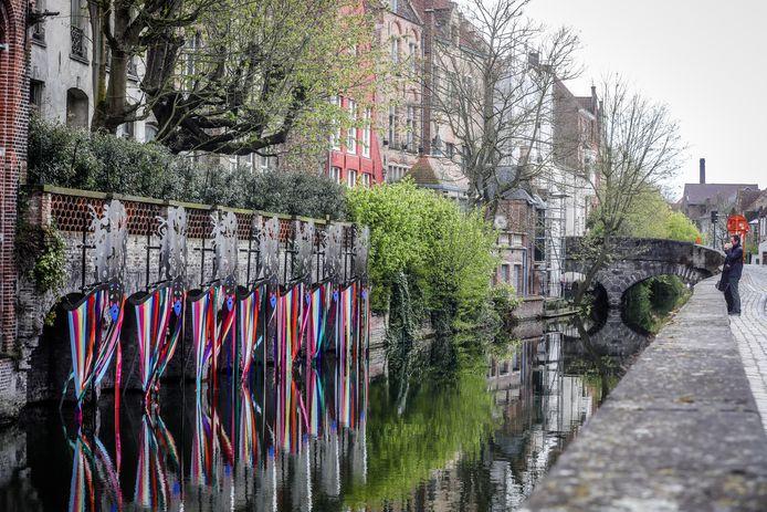 """De blinkende maskers langs de Augustijnenrei: """"De weerspiegeling in het water is wondermooi""""."""