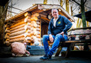 Freek Naaktgeboren bij een van zijn sauna's. ,,Deze is net nieuw, kan helaas nog niet gebruikt worden.''