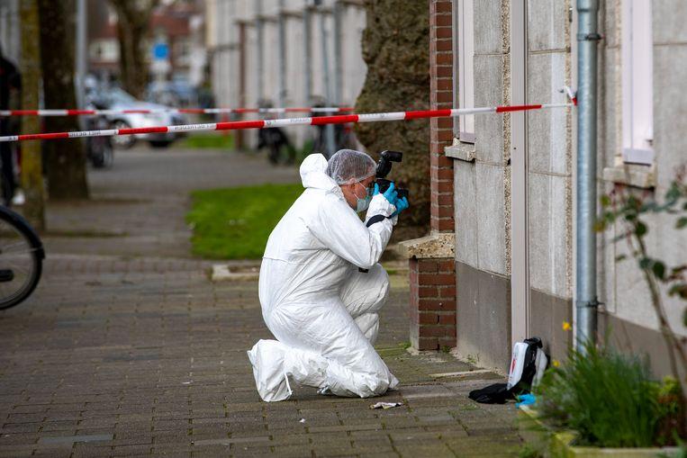 Politieonderzoek bij de woning aan de Lorentzlaan in Amsterdam, waar Joey Uiterwijk (23) om het leven kwam.  Beeld Michel van Bergen