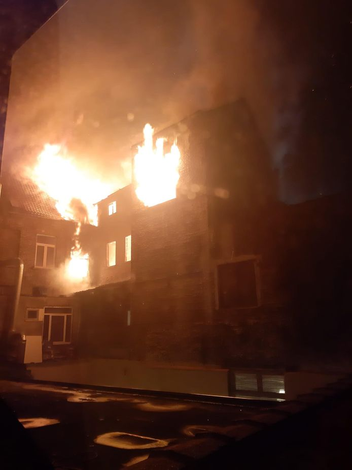Het vuur woedde hevig.