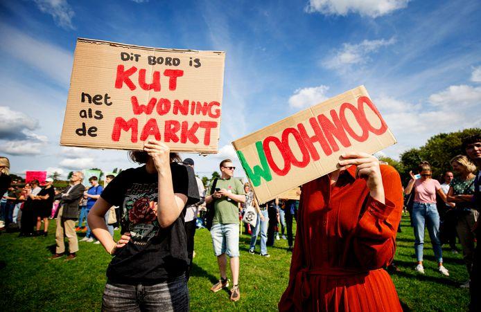Demonstranten protesteerden vorige maand tegen de problemen op de woningmarkt en eisten hervormingen tijdens het Woonprotest in het Westerpark. Belangenverenigingen als de Woonbond, vakbond FNV, ASVA en de Studentenunie hekelen de lange wachtlijsten voor sociale huurwoningen, de hoge huurprijzen en het stijgend aantal daklozen.