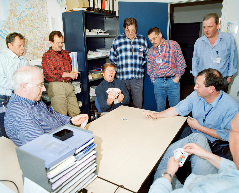 Kaarten met collega's bij de belastingdienst in 2004. Beeld Jan Dirk van der Burg