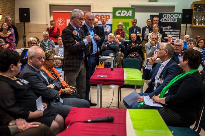 Senioren ontmoeten debatterende politici in Sprang-Capelle.
