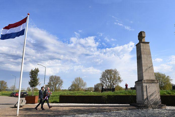 Herdenking bij het monument in Katwijk, twee wethouders van Cuijk leggen een krans.