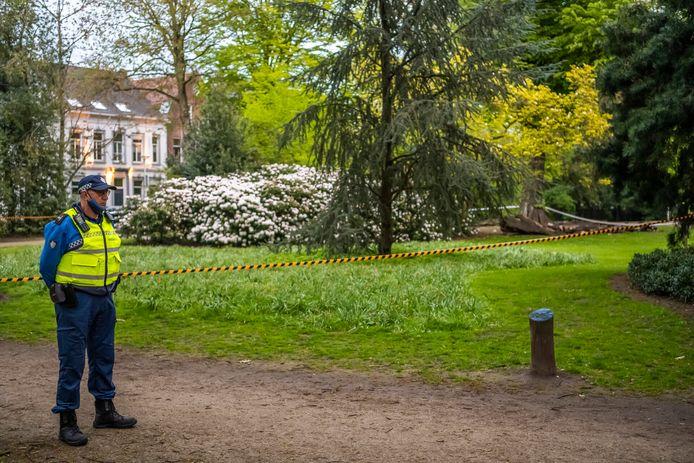 De politie doet onderzoek in het Wilhelminapark in Tilburg