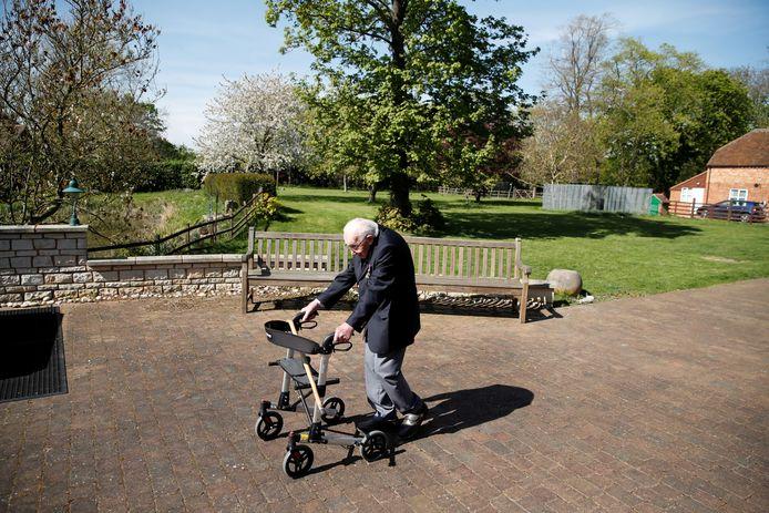 Tom Moore (99) in zijn tuin aan de wandel.