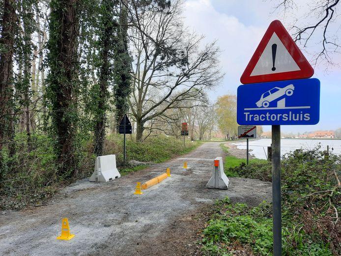 De tractorsluis moet het autoverkeer weghouden van het Stroperspad.