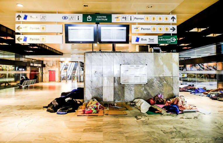 Vluchtelingen in het Noordstation in Brussel. Beeld Photo News