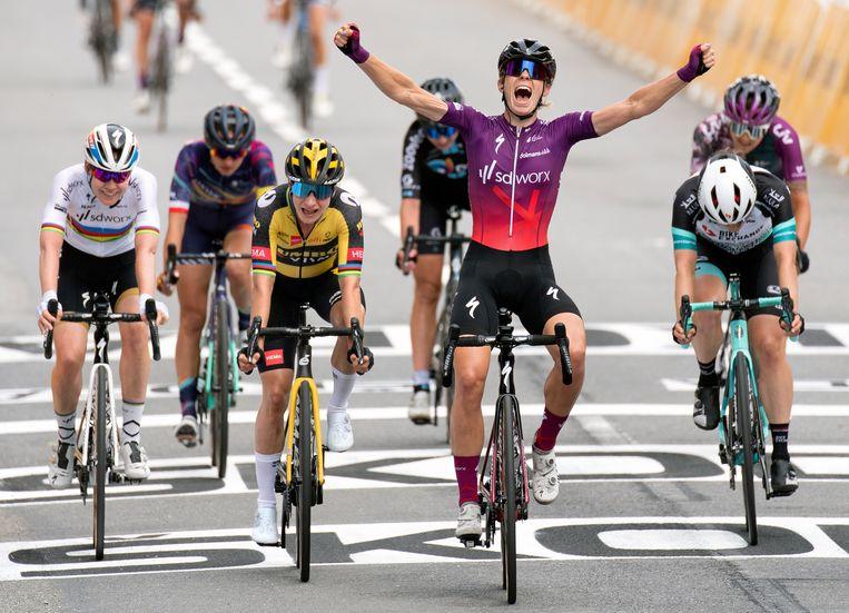 Wielrenster Demi Vollering steekt de handen de lucht in na het winnen van de achtste editie van La Course. Beeld Klaas Jan van der Weij