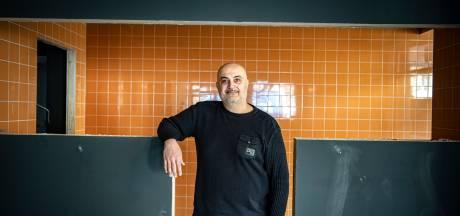 Karam gaat een show maken van zijn pizzabakkunsten, midden in zijn nieuwe pizzeria: 'Speciaal voor mijn gasten'