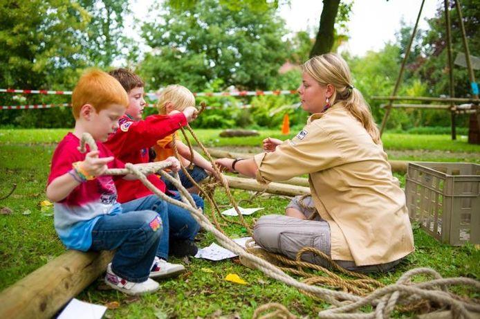 Scouting Steenbergen hield zaterdag een open dag. Veel kinderen en hun ouders kwamen kijken wat er in en om De Walleburgh allemaal te beleven en te leren is. Knopen leggen, bijvoorbeeld. foto Else Loof/het fotoburo