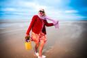 """Wanneer de fotograaf haar vraagt om nog wat verder richting zee te stappen, zegt de actrice ineens: """"Je hebt genoeg zee nu, gedaan."""" Een beetje diva, dan toch? """"In de positieve zin van je grenzen stellen? Absoluut."""""""