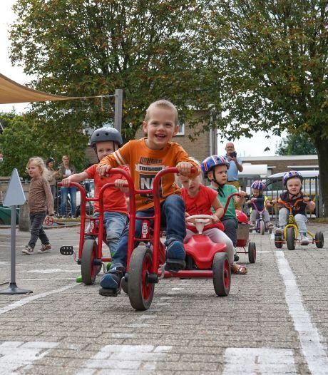 Verkeersles voor peuters en ouders: 'Als jij door rood rijdt, doet jouw kind je straks gewoon na'