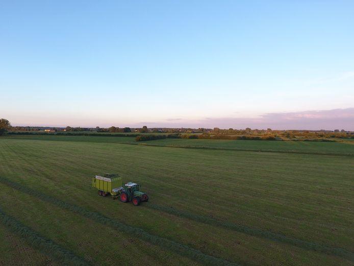 Maartens geliefde tijdverdrijf op de tractor op de weilanden van de Wilpse Klei, waar hij altijd hielp met de klussen van boerderij Olde Poll, het bedrijf van zijn ouders.