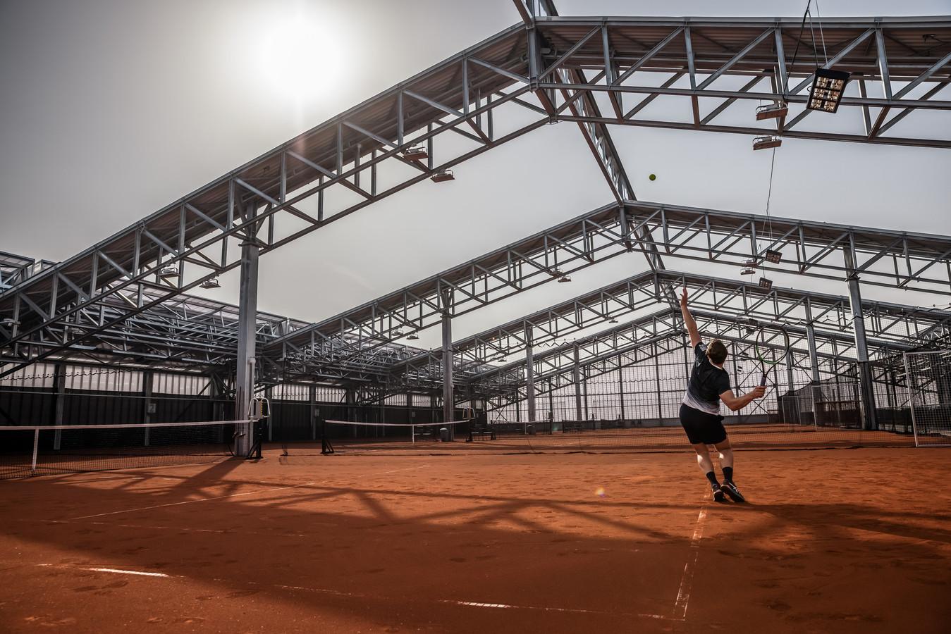 Doordat het dak open kan, oordeelt de gemeente Etten-Leur dat er bij ZUITNL buiten gesport kan worden. Tot grote vreugde van ondernemer Mike van Vugt.