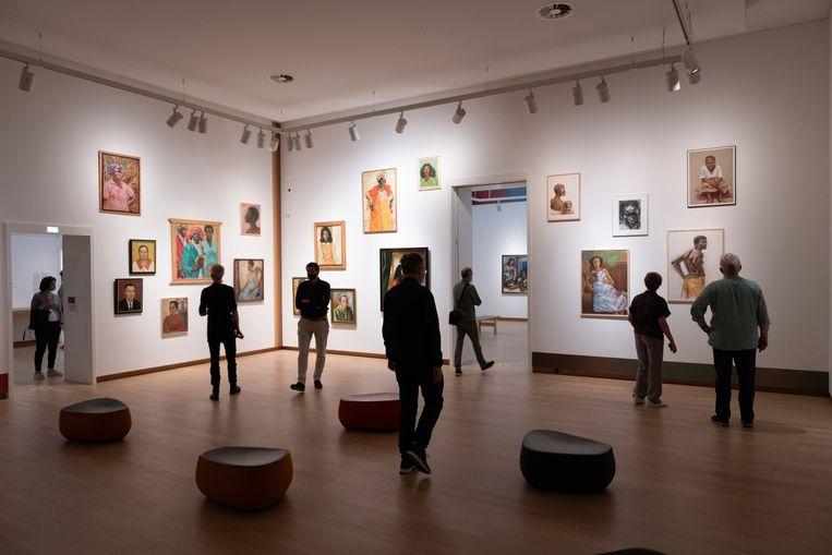 Bezoekers bij de tentoonstelling Surinaamse School in het Stedelijk Museum. Beeld LNDWstudio