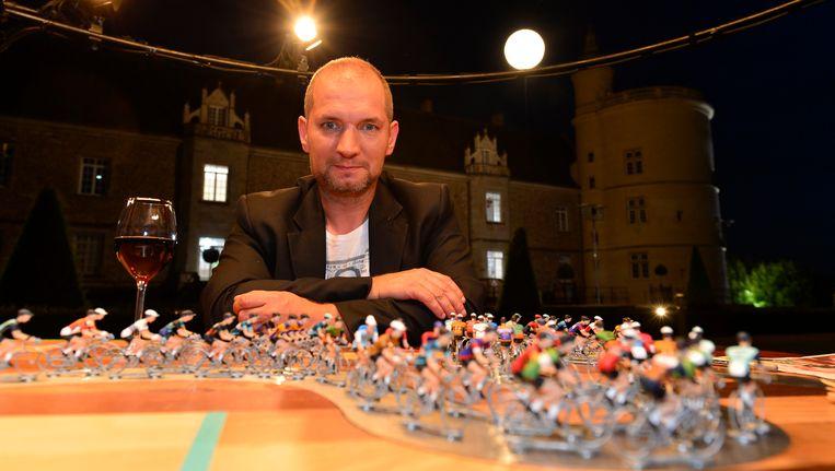 Karl Vannieuwkerke presenteert elke avond op Eén de wielertalkshow Vive le Vélo. Beeld Photo News