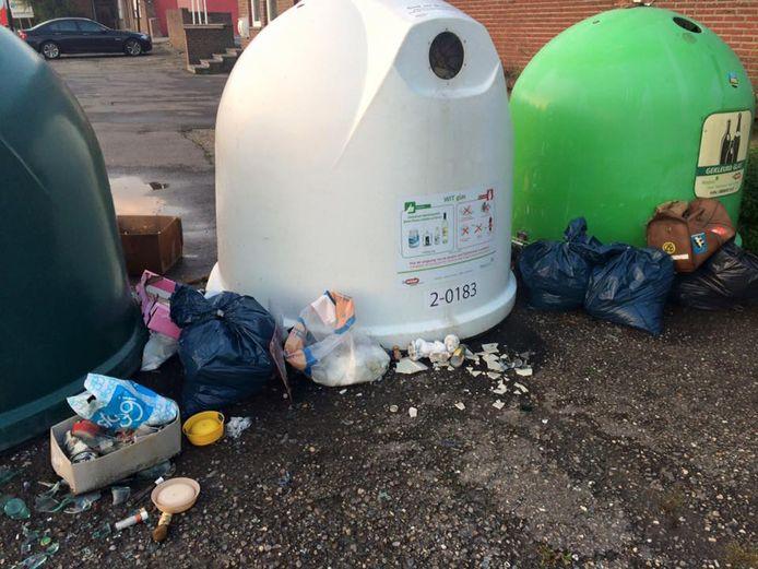 Het achterlaten van bijvoorbeeld allerlei afval aan de glascontainers dat er niet thuis hoort, tolereert men niet langer en zal fiks beboet worden.