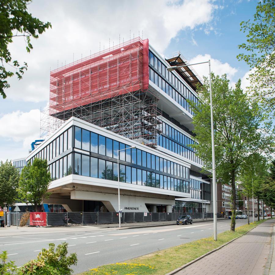 De bouw van kantoorkolos Rivierstaete in Amsterdam in 2017. Een monteur uit Bergeijk viel daar van een ladder en overleed. -