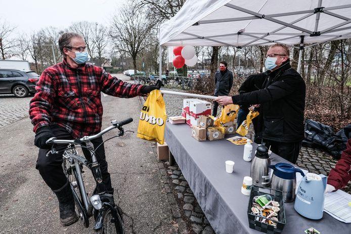 Ook op de fiets konden de rookworsten zaterdag opgehaald worden in Aalten