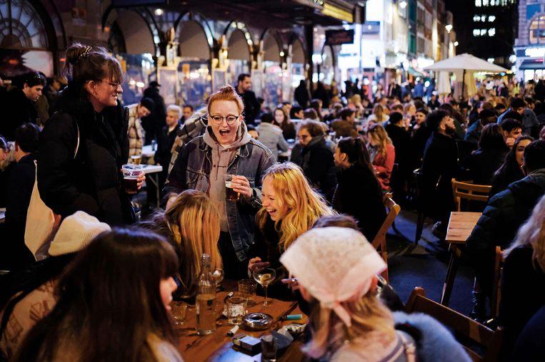 Pubs en restaurants mogen in Engeland sinds 12 april weer de terrassen openen. Beeld AFP
