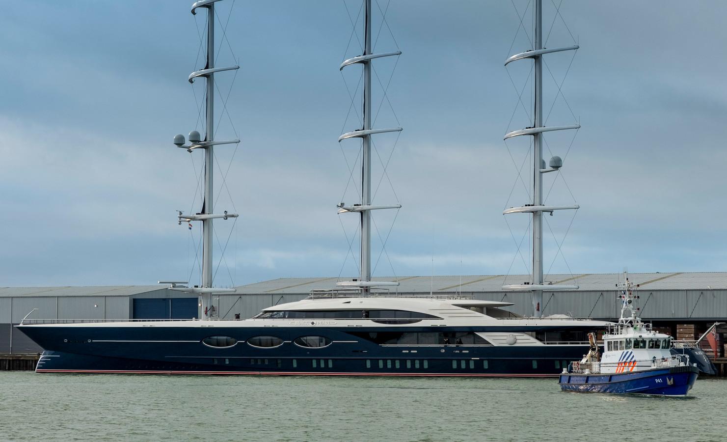 Het zeiljacht Black Pearl aan de kade voor Finsa in de Buitenhaven van Vlissingen.