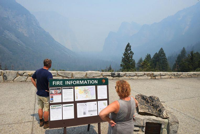 Rook stijgt op vanuit het Yosemite National Park bij de Tunnel View. Zeker duizend reserveringen om te kamperen of in de hotels in de buurt van het park te verblijven, zijn gecanceld.  Beeld AP