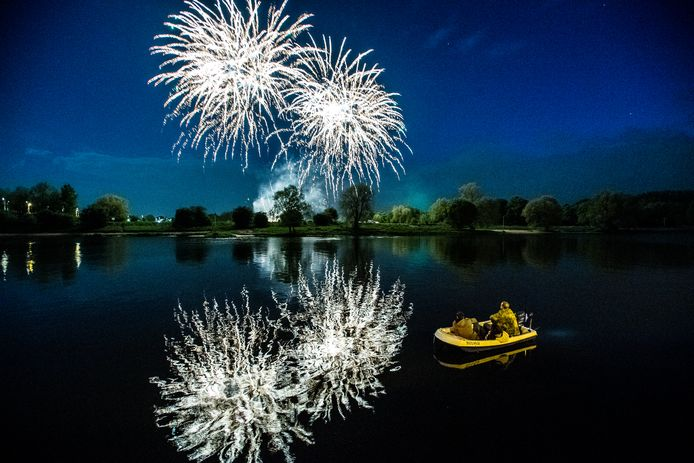 Wel of niet al dit jaar een verbod op het afsteken van vuurwerk en een vuurwerkshow tussen de John Frostbrug en de Mandelabrug als alternatief? De Arnhemse burgemeester Marcouch wil er zo spoedig mogelijk uitsluitsel over geven.