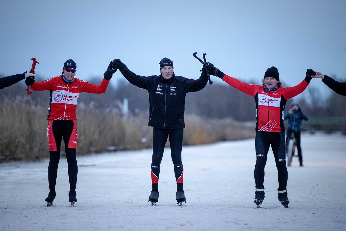 Henk Angenent glijdt met zijn kompanen over de finish op de Bonkevaart.
