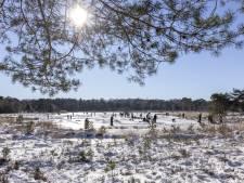 Schaatsers vieren hun herwonnen vrijheid op het bevroren water van Twente