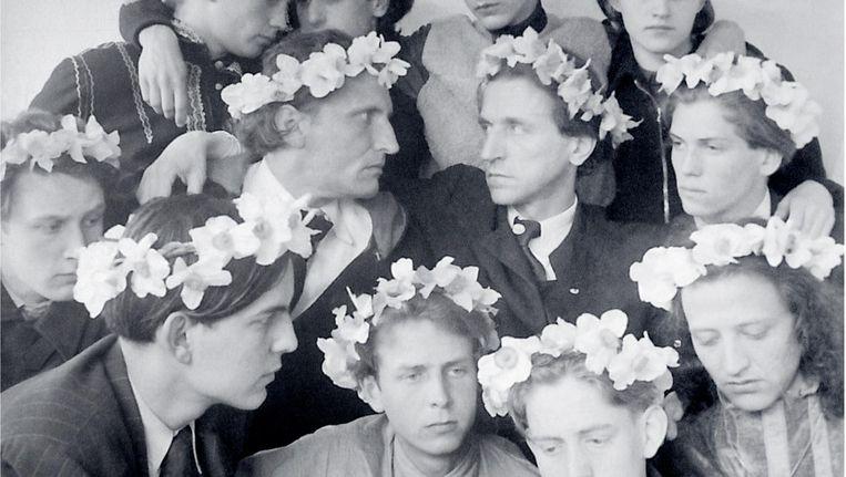 Bij sommige gelegenheden droegen de jongens in Castrum bloemenkransen op hun hoofd. Beeld Archief Castrum Peregrini Amsterdam