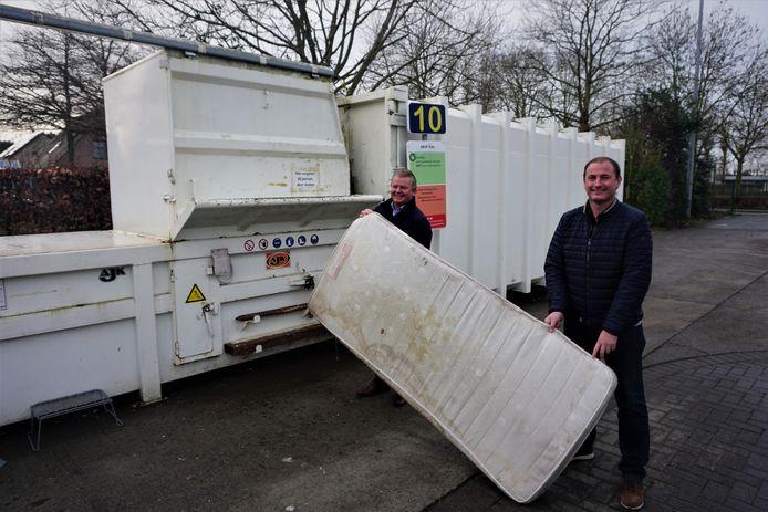 Burgemeester Anthony Dumarey (links) en schepen Gino Dumon gooien een oude matras weg op het containerpark