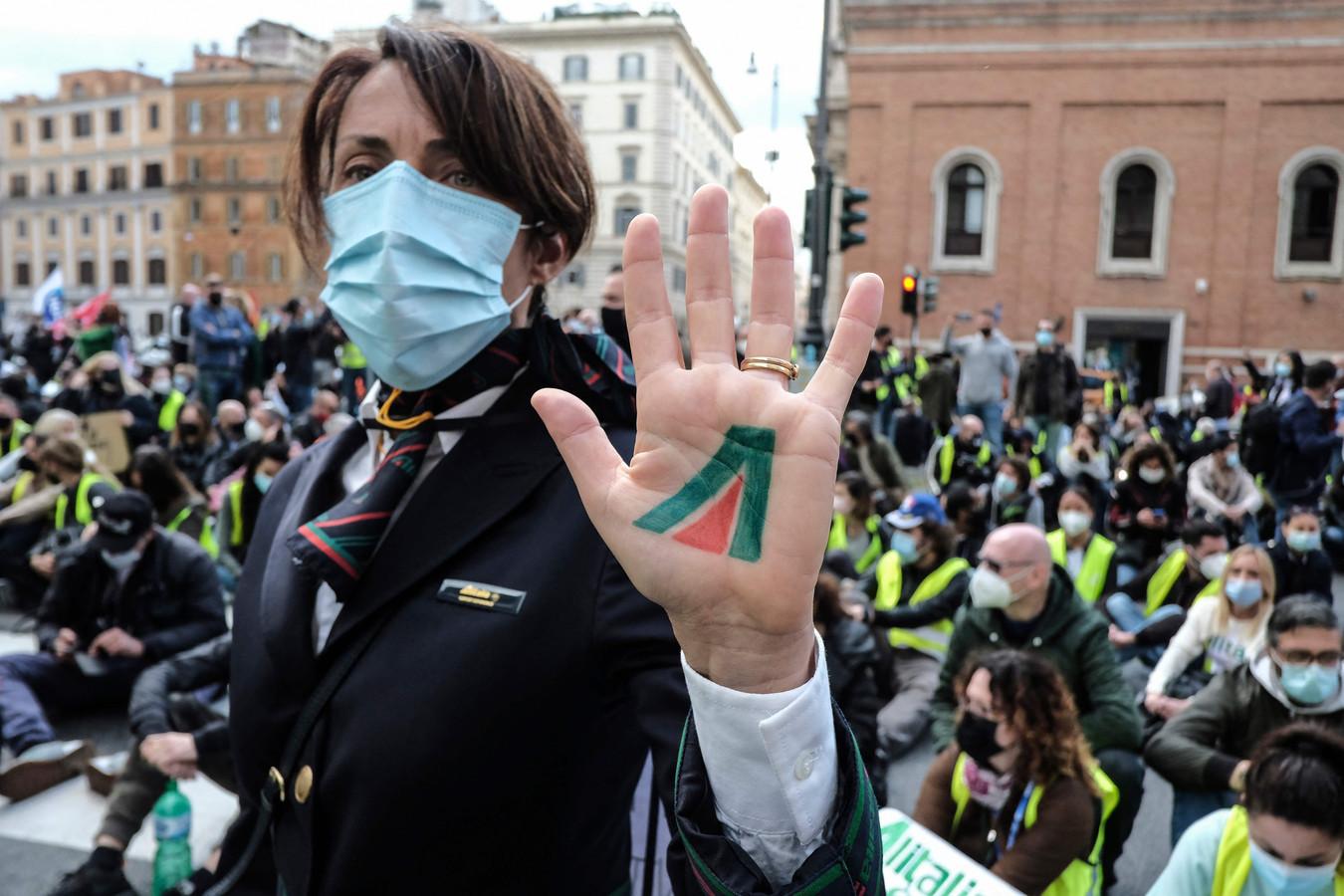 Een medewerkster van Alitalia tijdens de protestactie in Rome.