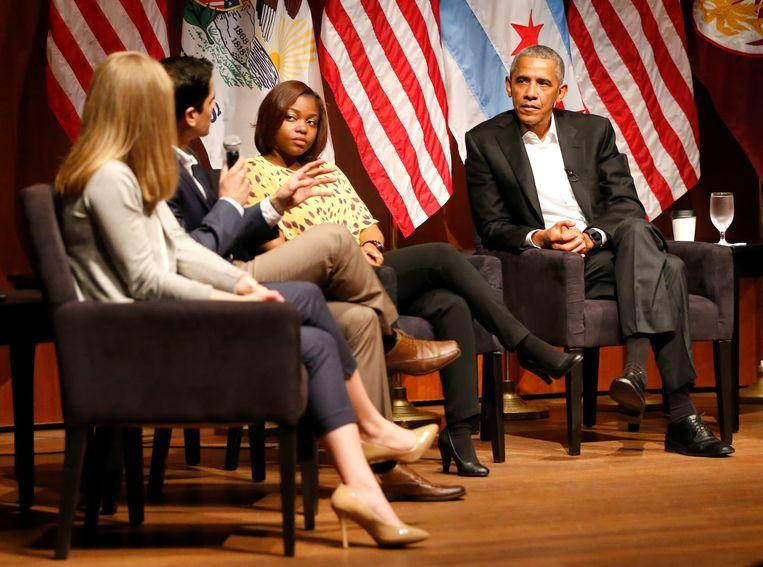 Voormalig President Barack Obama in gesprek met zes studenten georganiseerd door zijn geliefde Universiteit van Chicago. Op de plek waar hij zijn politieke carrière begon, start hij nu zijn leven in de schijnwerpers na het presidentschap. Beeld AP