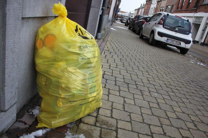 Een gele vuilniszak voor restafval van Ilva.
