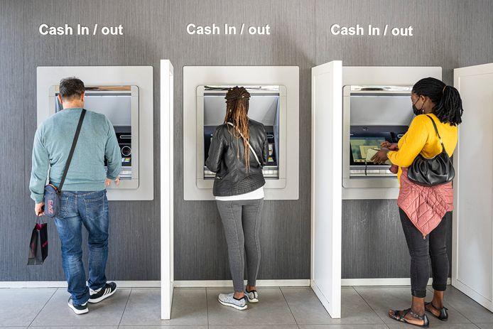 Het was met momenten druk aan de KBC-bankautomaat op de Antwerpse Meir.