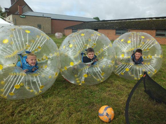 Weer of geen weer; Stan, Joppe en Michiel spelen een partijtje Bubble Soccer.
