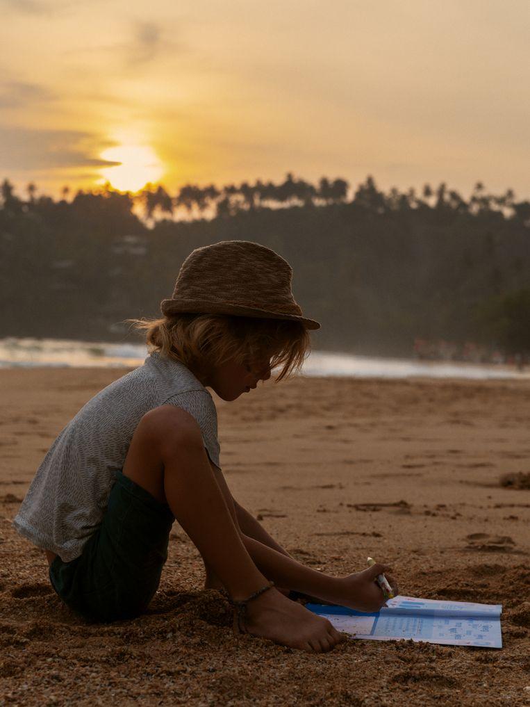 Les op het strand in Sri Lanka.  Beeld