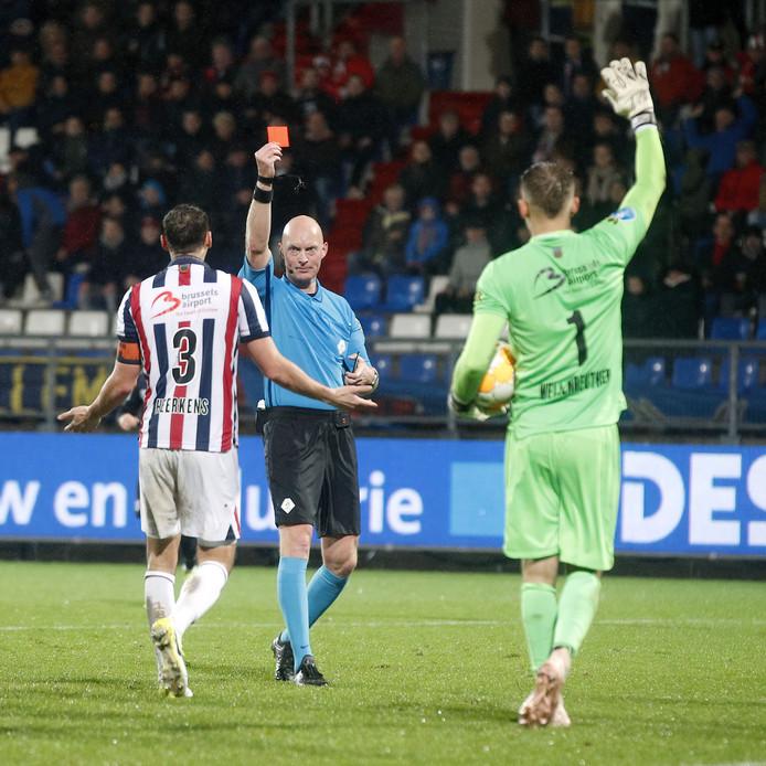 Het moment van de wedstrijd: Freek Heerkens krijgt de rode kaart van scheidsrechter Mulder.