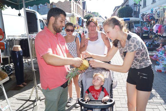 Deze marktkramer deelde stukjes ananas uit aan passanten