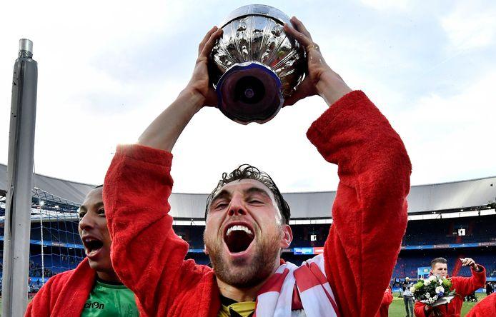 30 april 2017: aanvoerder Guram Kashia houdt de 'Dennenappel' omhoog nadat Vitesse de KNVB-beker heeft gewonnen.