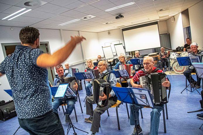 Repetitie accordeonvereniging Les Musiciens Joyeux.