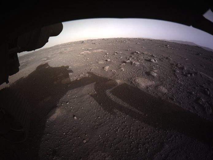 Een kleurenbeeld van de bodem van Mars