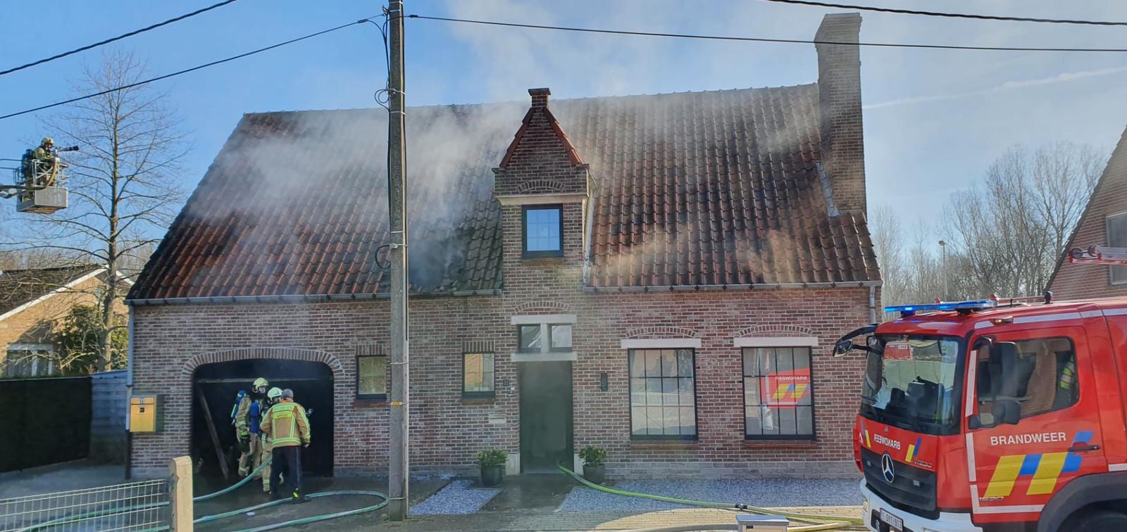 De brandweer probeert het vuur in de Biesakker onder controle te krijgen