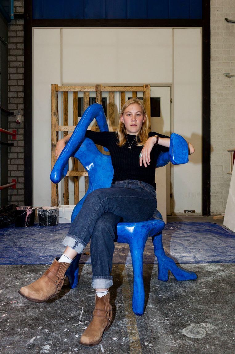 Jensens Basic Instinct-stoel is speciaal ontworpen voor vrouwen. 'Nu kunnen mannen ook eens ervaren hoe het is om niet te kunnen zitten waar of hoe je maar wilt.' Beeld Renate Beense