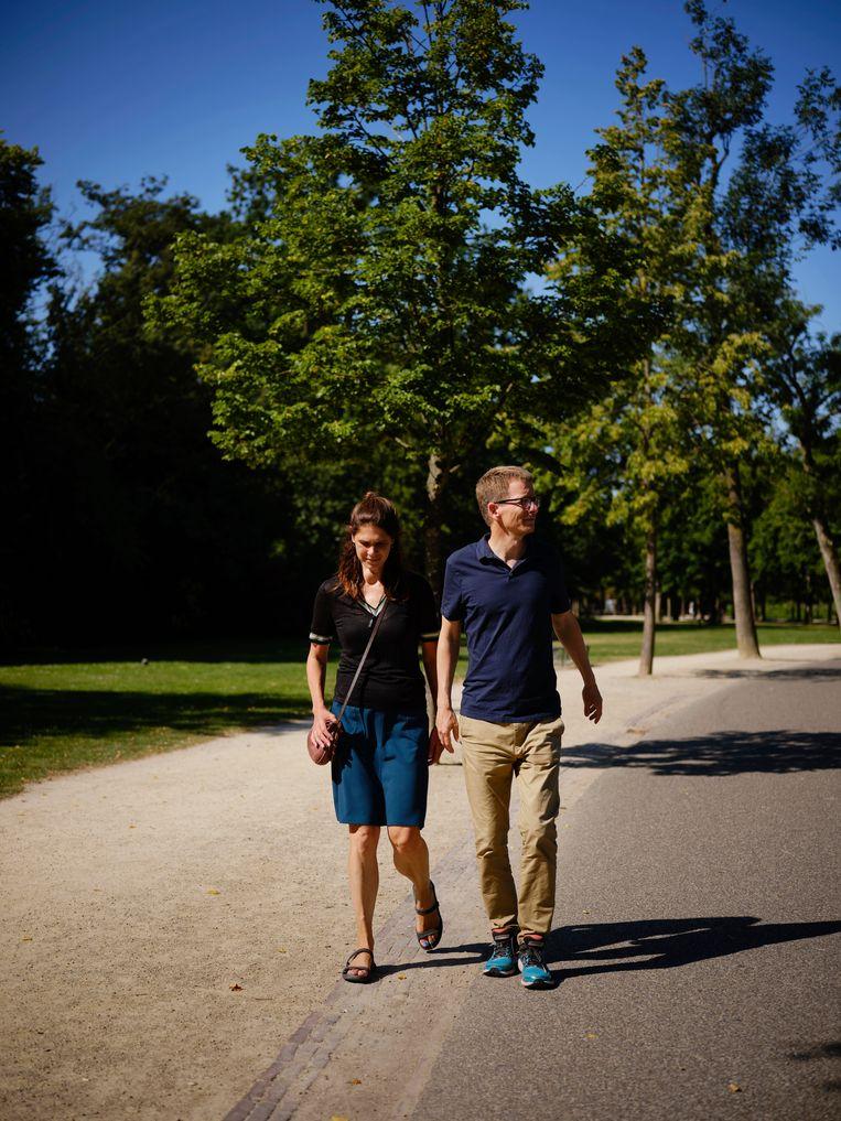 Door te wandelen knapte hij op, en zag hij met Anneke de rijkdom van de stad. Beeld Roger Cremers